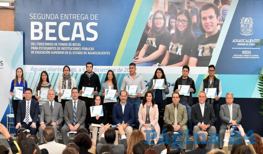 El gobernador Martín Orozco Sandoval encabezó la entrega de 10 millones de pesos en apoyos económicos para 561 estudiantes de educación superior