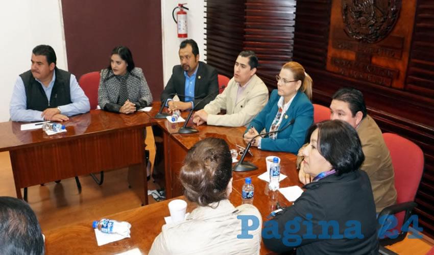 Diputados del Partido Revolucionario Institucional (PRI) Nueva Alianza (PANAL) y Verde Ecologista de México (PVEM) realizaron una conferencia de prensa, en donde defendieron la legalidad de las sesiones en las que se aprobó el paquete económico del ejercicio fiscal 2018 del estado de Zacatecas (Foto Merari Martínez Castro)
