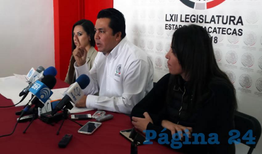 En Conferencia de Prensa, las Diputadas Ma. Guadalupe Adabache Reyes e Iris Aguirre Borrego, de Morena y el PES respectivamente; así como Omar Carrera Pérez, de Morena consignaron que la aprobación en el Pleno del Congreso del Paquete Económico 2018 se hizo de forma ilegal, irregular y anticonstitucional