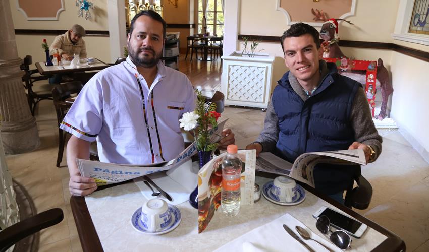En Sanborns Francia desayunaron José Luis Dávila Contreras, coordinador de Comunicación Social del Congreso del Estado; y José Elías Martín Padilla, empresario