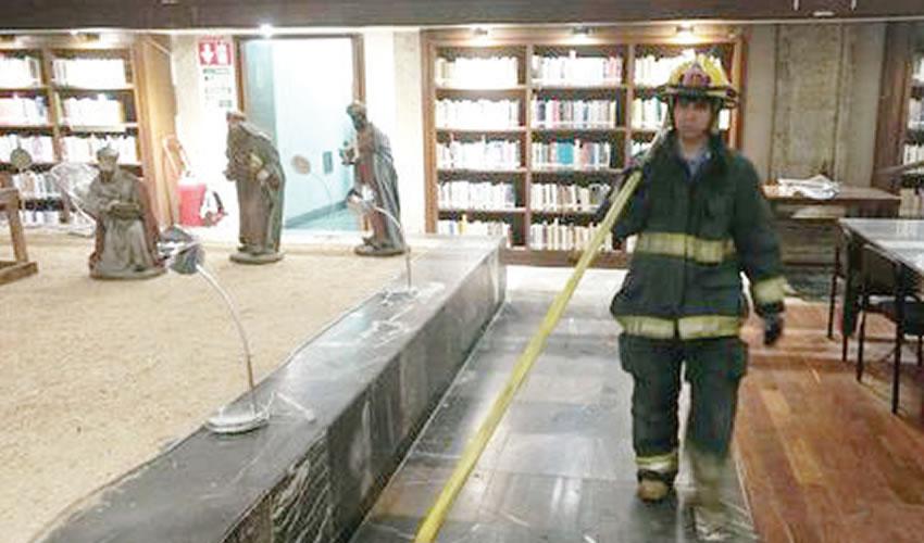 Un equipo de 20 elementos de la dirección de Protección Civil y Bomberos de Guadalajara atendió el incendio al interior de la Biblioteca Iberoamérica Octavio Paz/Fotos: Cortesía