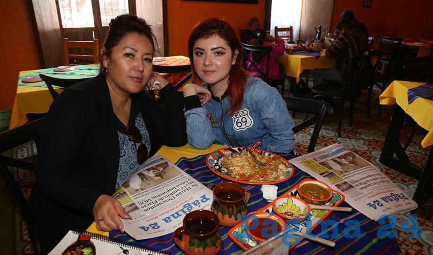 En el Mercadito Gastronómico Colón compartieron el primer alimento de la mañana Adriana Valle Delgado y su hija Alejandra Herrera Valle