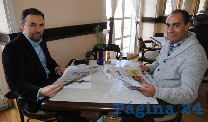 Braulio González Rodríguez y Adrián Castillo Serna, secretario de Desarrollo Urbano Municipal; departieron en Sanborns Francia