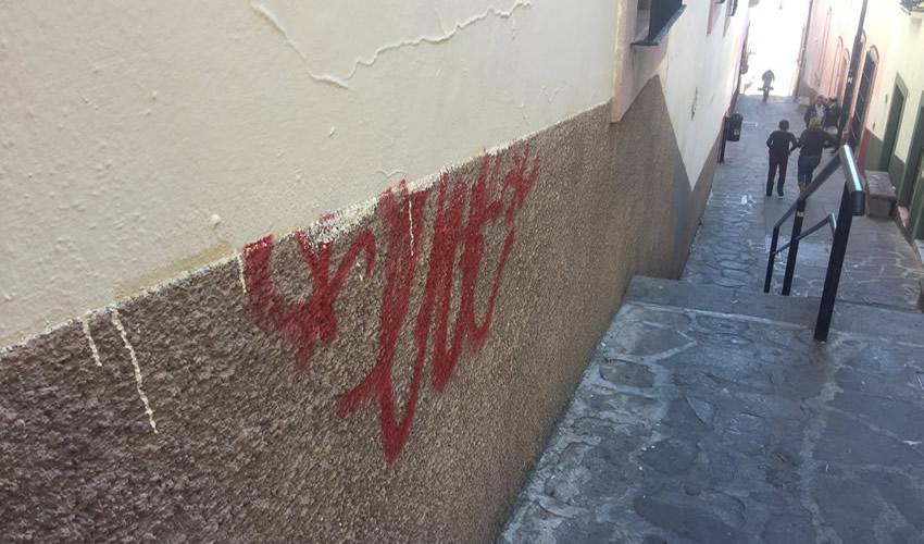 Las pintas en paredes del Centro Histórico afectan la imagen de este punto de la ciudad por donde circulan turistas que en la foto del recuerdo se llevan en sus imágenes los grafitis que los vándalos hacen en la capital (Foto Cristo González)
