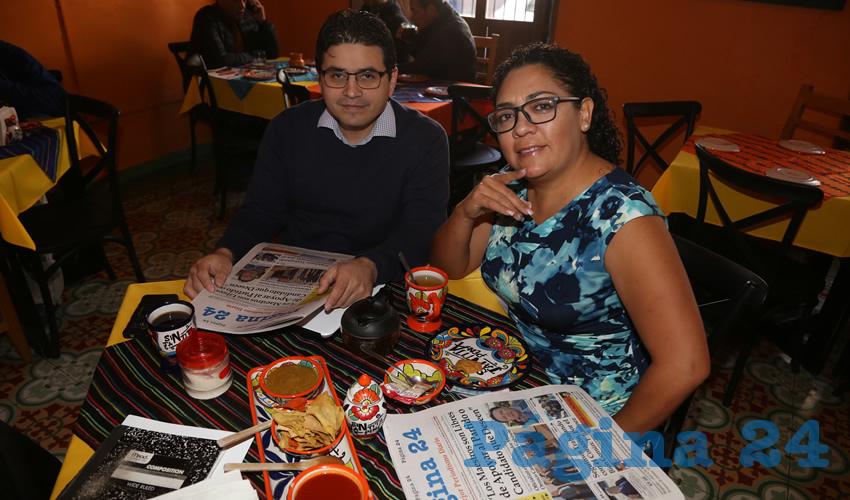 En el Mercadito Gastronómico Colón compartieron el primer alimento del día Francisco Palacios Guerrero y Hazel Montejano García, regidora del Municipio de Aguascalientes