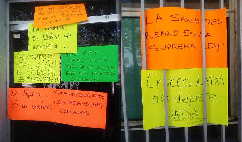 En las oficinas de la Secretaría de Salud Jalisco los inconformes pegaron decenas de pancartas exigiendo que se trabaje para garantizar la salud de los jaliscienses/Fotos: Francisco Tapia
