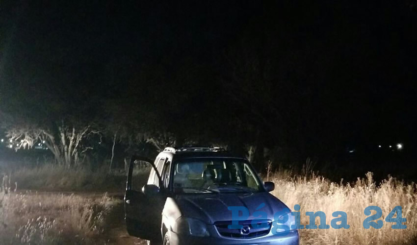 Elementos de las policías Municipal y Estatal llegaron al lugar, donde confirmaron que al interior de una camioneta Mazda Tribut, color dorado, con placas de circulación del Estado de Nuevo León, se encontraba el cuerpo de un hombre sin vida. (Fotos: Cortesía)