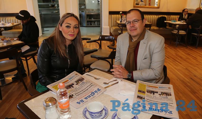 Guadalupe González Hernández e Ignacio Macías Valadez, director de Información en Comunicación Social de Gobierno del Estado; desayunaron en Sanborns Francia