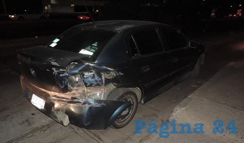 El auto Chevrolet Corsa, con daños en su parte trasera