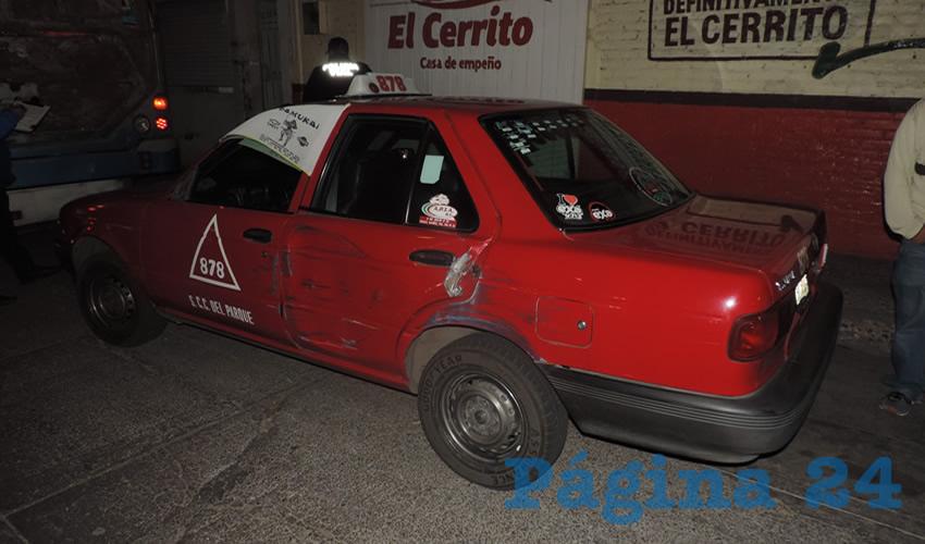 El taxi 878 resultó con daños en su costado izquierda