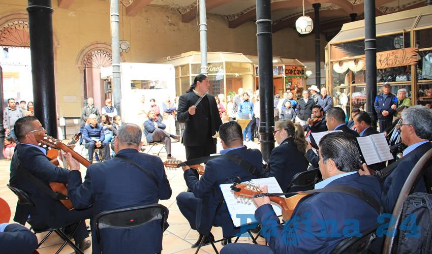 La Orquesta Típica de Zacatecas, es liderada por Alfonso Naranjo, y él fue quién con gusto dio a conocer cada una de las canciones que se presentaron el día de ayer, y con emoción y alegría, todas y cada una de las piezas fueron aplaudidas por los presentes (Foto: Rocío Castro Alvarado)