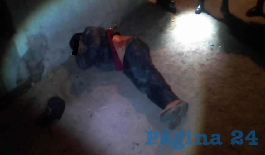 Así encontraron policías de Aguascalientes, a Eusebio Rodríguez Sánchez, a quien trasladaron de emergencia al Hospital Hidalgo, donde horas más falleció: su cuerpo fue trasladado a Servicios Periciales para su necropsia de Ley, en espera de que familiares reclamen el cadáver para darle cristiana sepultura