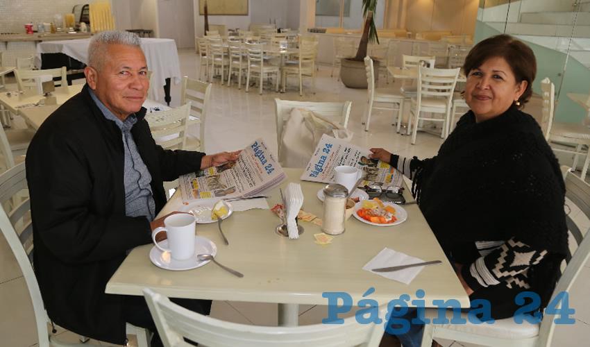 En el restaurante Del Centro almorzaron Fernando Esquivel Esparza y Lina López Lozoya, que nos visitan de Torreón Coahuila