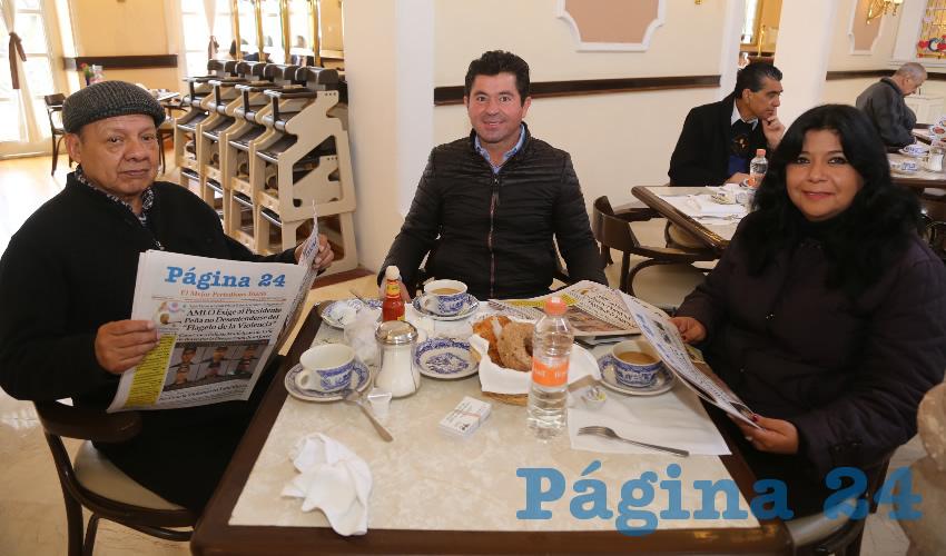 Arturo Ibarra Susan, director de la agencia Publicidad Integral, Jorge López Martín, consejero nacional del PAN; y Marisol Tristán Morales, gerente de ventas de la agencia Publicidad Integral; departieron en Sanborns Francia