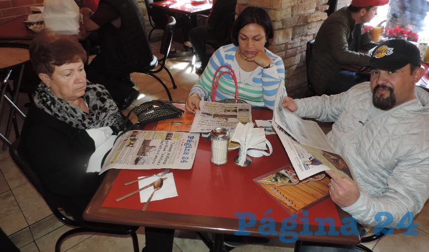 Amparo Esparza, Julieta Ochoa y Miguel Leos desayunaron en el restaurante Las Antorchas