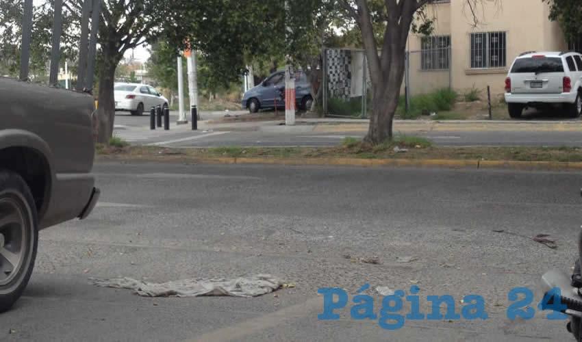 """En los alrededores de la clínica 1 del IMSS, cerca de la Plaza Juárez, hace falta trabajo de mejoras a las banquetas y a las calles mismas, por estar repletas de baches; sumado a esto, la inseguridad y el escaso alumbrado público mantienen """"en la zozobra"""" a la comunidad/Foto: Francisco Tapia"""
