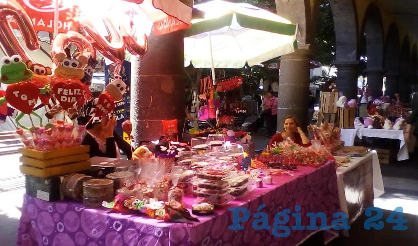 Entre los puestos de los comerciantes se pueden conseguir globos de distintas formas, colores y tamaños, dulces típicos, chocolates, artesanías y regalitos alusivos al 14 de febrero/Fotos: Francisco Tapia