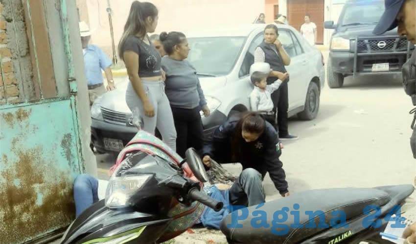 Momento en que una policía estatal atendía a las víctimas