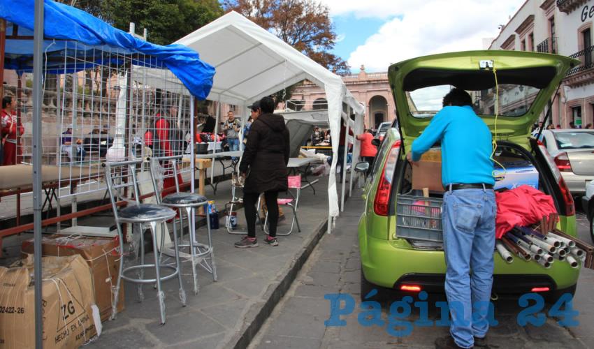 Como ya es costumbre, diferentes vendedores de objetos relacionados con el día del amor y la amistad, instalaron sus puestos ambulantes, en los alrededores de la Plaza Bicentenario, la Plazuela de Zamora y el Jardín Independencia (Foto Rocío Castro Alvarado)