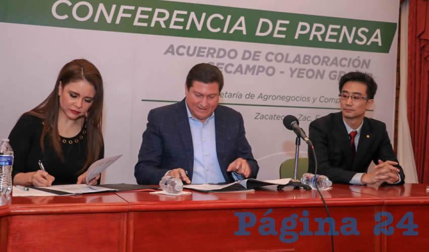 Durante un evento en Palacio de Gobierno se firmó una carta intención que derivará en un convenio formal, para que tanto Grupo YEON tenga certeza de que el gobierno del estado participa y les da facilidades a los productores (Foto Rocío Castro)