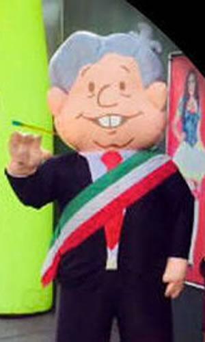 "Andrés Manuel López Obrador ...""muñequito"" con banda presidencial..."