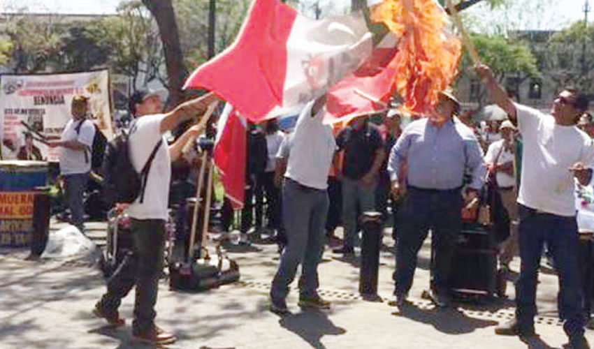 """Queman banderas del PRI, """"partido que daña la salud"""""""