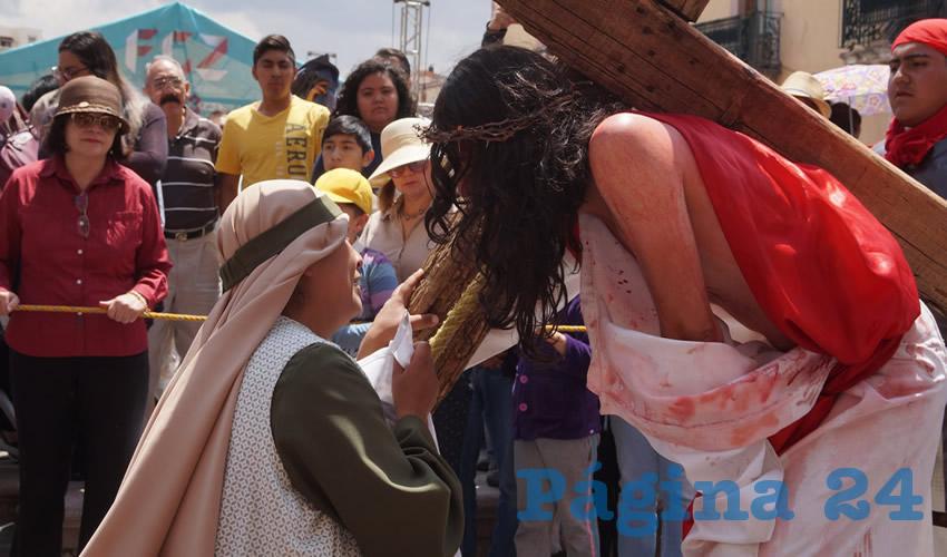 Después, recorrió la calle Juárez, cercana a la Alameda Trinidad García de la Cadena y al Jardín de la Madre, en donde también se conglomeró un número importante de gente, para observar esta actividad religiosa