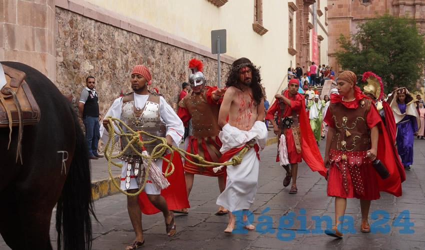 La actividad comenzó en la plazuela del Templo de Santo Domingo, para después recorrer la calle Fernando Villalpando, donde los turistas y personas de Zacatecas, se sumaban para poder apreciar el recorrido del vía crucis (Foto: Merari Martínez Castro)