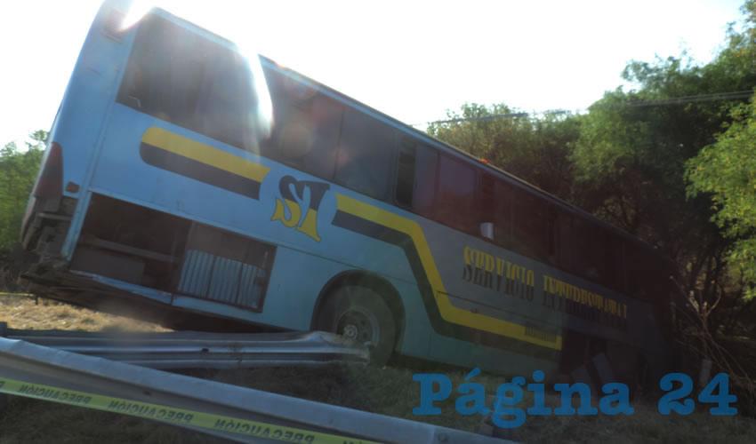 Tras el mortal encontronazo, el autobús quedó fuera del camino