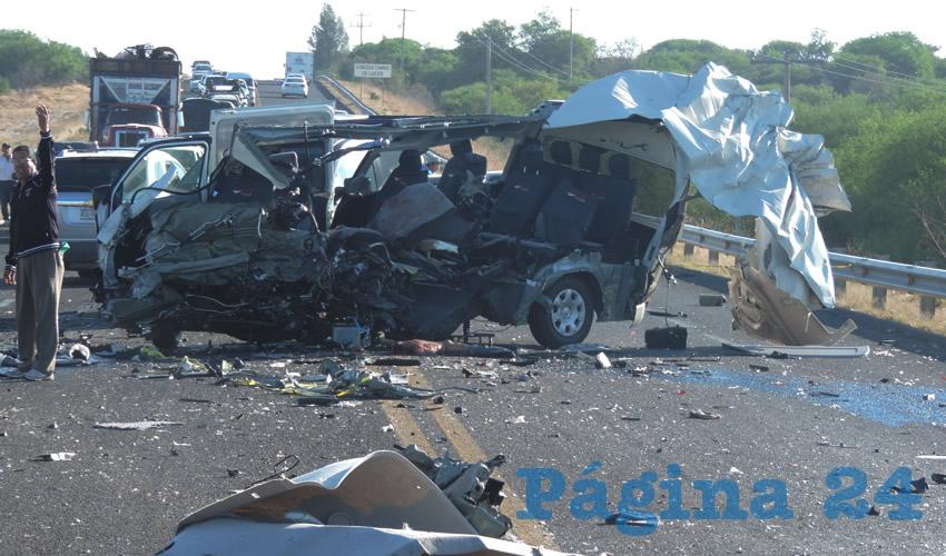 """Totalmente despedazada quedó la """"combi"""" Toyota Hiace y su conductor murió"""