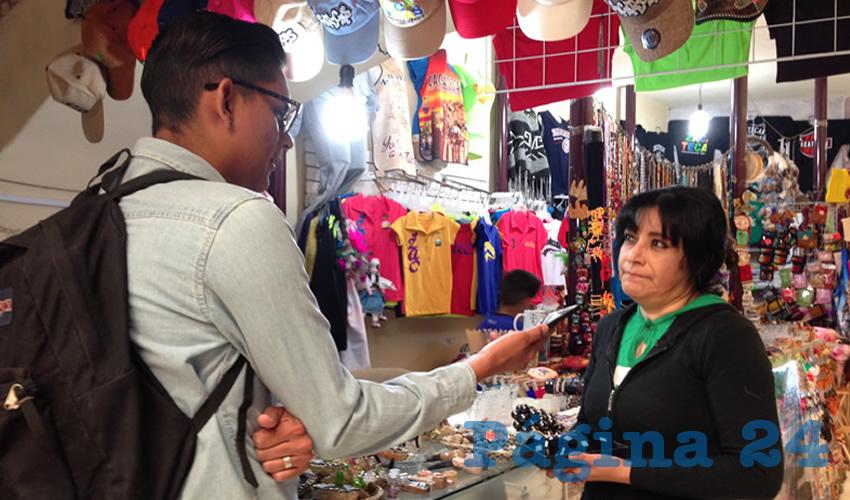 """Alma Trejo, comerciante, manifestó ante Página 24: """"La gente circula en el centro y no entra a las tiendas. Aquí espontáneamente entran los turistas"""". (Foto: Merari Martínez Castro)"""