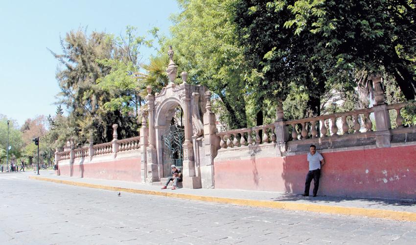 Los maleantes se treparon al busto que está en el centro de este espacio dedicado a la madre frente a la Alameda Trinidad García de la Cadena (Fotos Rocío Castro Alvarado)