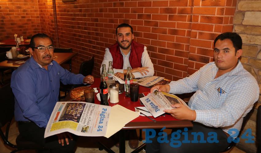 Alejandro Mendoza Villalobos, diputado local; Aldo Ruiz Sánchez, presidente del Comité Directivo Estatal de Morena; y Miguel Rodríguez Valerio desayunaron en el restaurante Las Antorchas