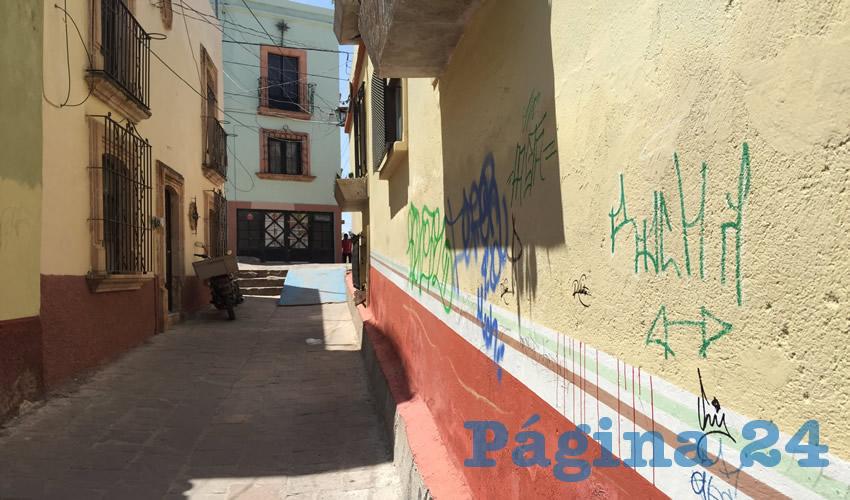 Otra de las problemáticas en esta zona son las casonas que han sido abandonadas por sus propietarios, pues lucen maltratadas de la fachada, y en algunas se están desprendiendo las capas de pintura. (Foto: Cristo González)
