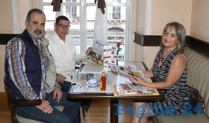 Felipe Martín del Campo García, Carlos Maza Arevalo y Rocío Alvarado Ponce compartieron el primer alimento del día en Sanborns Francia