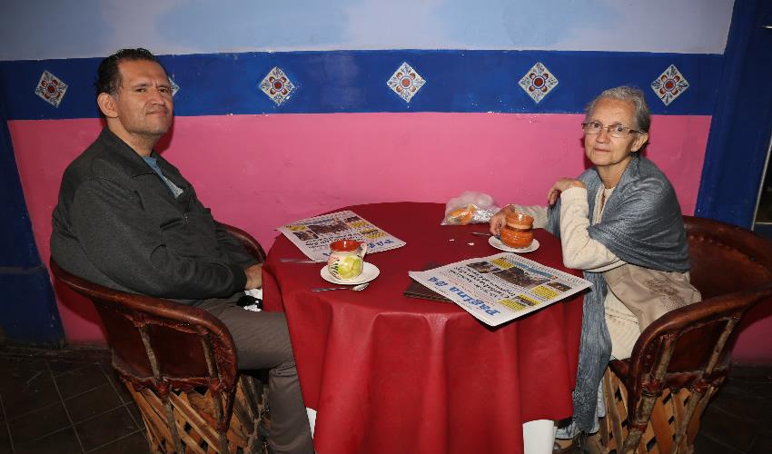 En La Saturnina compartieron el primer alimento de la mañana Paulino Javier Báez Ruiz Esparza y María de Lourdes Ruiz Esparza Cadena