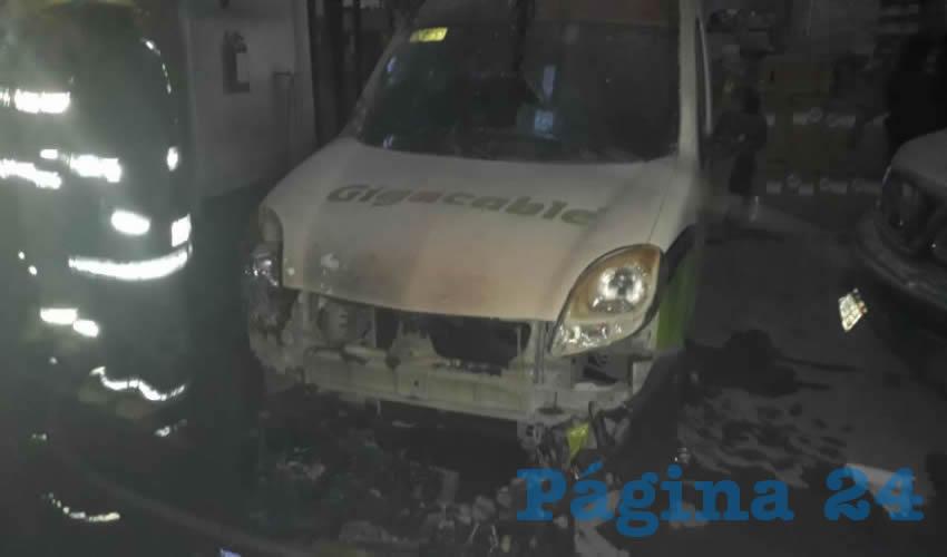 El fuego dañó tres vehículos