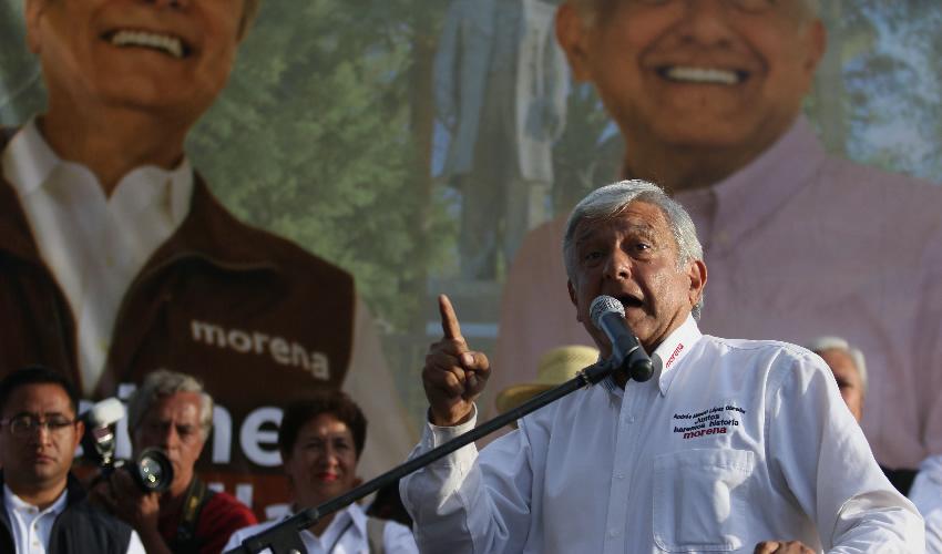 Tecate, Baja California.- López Obrador denunció que roban las carteras de los asistentes para quitarles las credenciales de elector (Foto: Cuartoscuro)