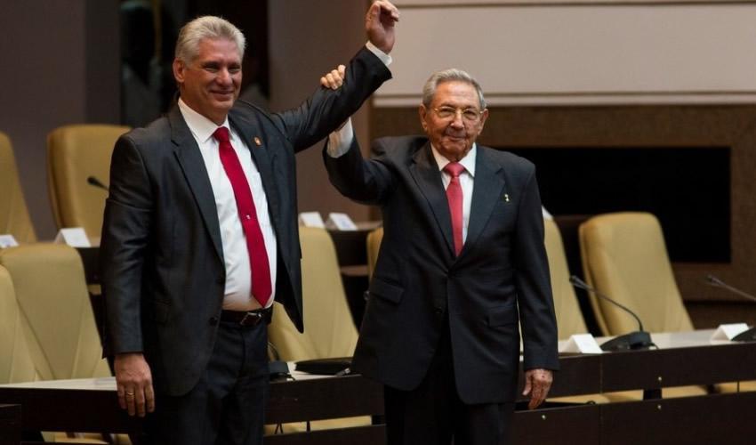La Habana, Cuba. -- El primer secretario del Partido Comunista de Cuba, Raúl Castro, sostiene el brazo del nuevo presidente de los Consejos de Estado y de Ministros de Cuba, Miguel Díaz-Canel (Foto: Xinhua)