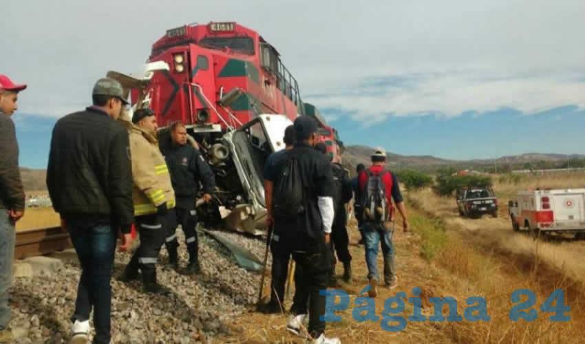 La máquina 4641 de ferromex arrastró por varios metros al camión recolector de basura, dos de sus tripulantes fallecieron en el hospital (recuadro) (Foto: Cortesía)