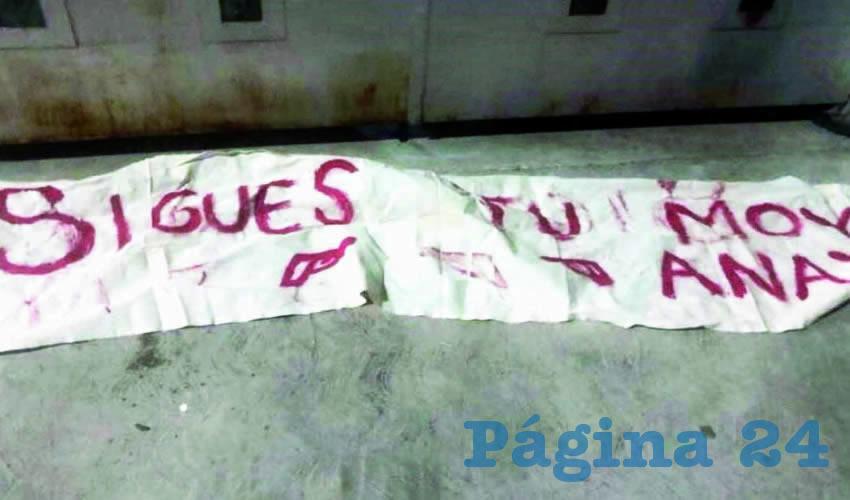"""Incluso los agresores dejaron una manta afuera de la casa de Moisés Anaya, en la que se leía: """"Sigues tú, Moy Anaya"""", en tanto que sus simpatizantes fueron baleados, uno en la casa de campaña del candidato y otro cerca de ahí/Foto: Especial"""