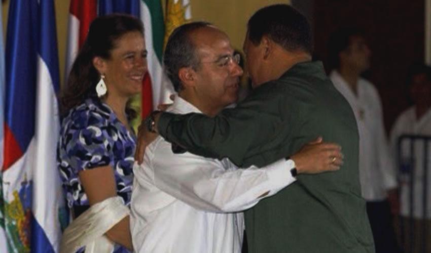 Felipe Calderón rindiéndole pleitesía a Hugo Chávez, atestigua, sonriente, Margarita Zavala con su rebozo blanco