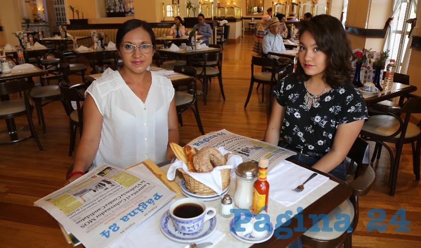 En Sanborns Francia almorzaron Mónica Ávila Castañeda y su hija Paulina Martínez Ávila