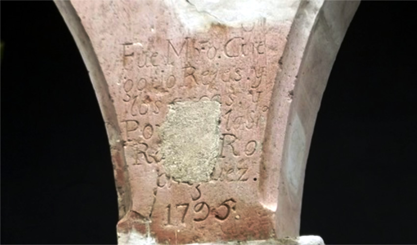 """En los arcos del segundo patio todavía se puede leer la siguiente inscripción: """"Fue Mro. Gregorio Reyes y los arcos y Portales los labró Ro. Rodríguez 1795""""."""