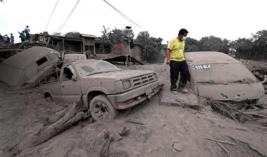 Rescatistas laboran luego de la erupción del Volcán de Fuego (Foto: Xinhua)