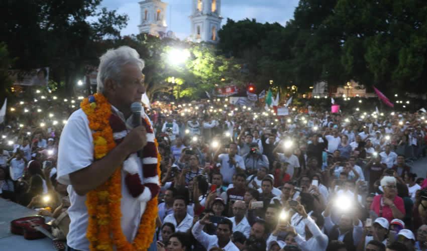 Tlapa de Comonfort, Guerrero.- Andrés Manuel López Obrador pidió que se investigue quién contrató el servicio de llamadas para atacarlo (Foto: Saúl López/ Cuartoscuro)