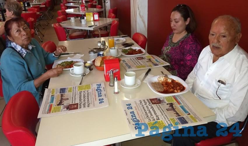 María Luisa Hernández, Ruth Durán y Manuel Durán tomaron su primer alimento del día en el restaurante Mitla