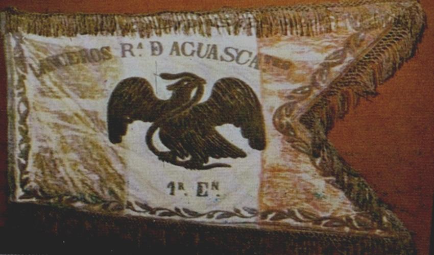 En la bandera se puede leer la siguiente frase: Primer Escuadrón. Lanceros República de Aguascalientes o bien, Primer Escuadrón. Lanceros Caballería de Aguascalientes.