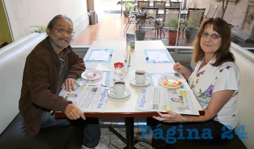 En el restaurante del Hotel Quality Inn compartieron el pan y la sal los periodistas Miguel Ángel Torres y Talli Nauman
