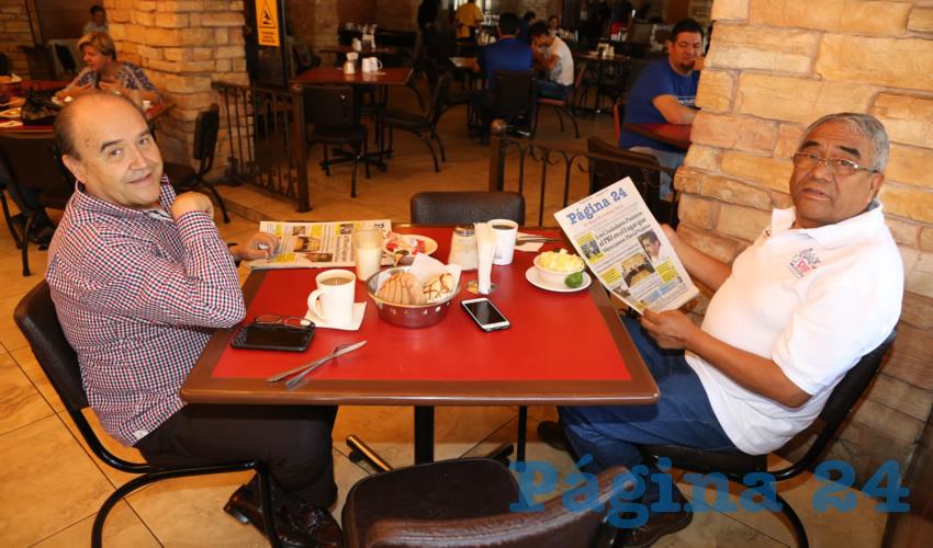 En Las Antorchas desayunaron Javier Medina Rodríguez y Ramón Jiménez Peñaloza, presidente del DIF Municipal de Aguascalientes